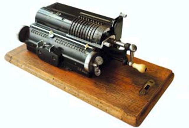Auch mechanische Rechenmaschinen gehörten damals zum Programm